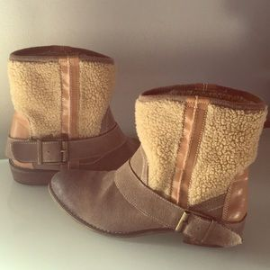 Great Kelsi Dagger Taupe Suede/Fleece Ankle Boots